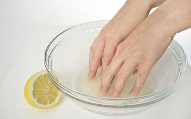 mẹo chữa móng tay ố vàng, meo chua mong tay o vang